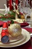 Röd jul och vit tabellinställningsCloseup Arkivfoton