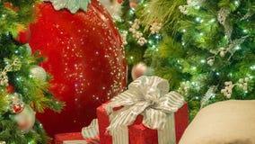 Röd jul prydnad och gåva för Closeup med den guld- pilbågen och band royaltyfri bild