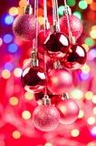 Röd jul som close hänger baubles upp Royaltyfri Bild