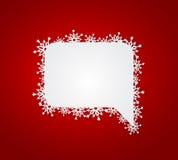 Röd julbakgrund med anförandebubblan med den pappers- snöflingan Royaltyfri Foto