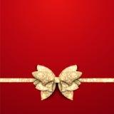 Röd julbakgrund med den guld- pilbågen Royaltyfria Bilder
