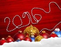 Röd julbakgrund med leksaker och garnering Arkivfoton