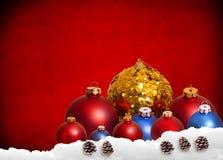 Röd julbakgrund med leksaker och garnering Arkivbilder