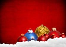 Röd julbakgrund med leksaker och garnering Royaltyfri Foto