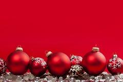 Röd julbakgrund med prydnadar royaltyfri fotografi