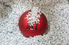 Röd julboll i det strimlade papperet Royaltyfria Bilder
