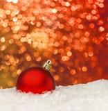Röd julboll på den defocused bakgrunden Royaltyfri Bild