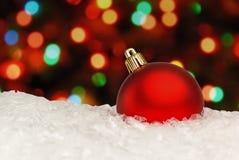 Röd julboll på den defocused bakgrunden Arkivfoto