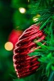 Röd julboll på ett träd arkivbilder