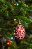 Röd julboll på gran arkivbilder
