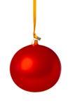Röd julboll som hänger på ett band. arkivfoto