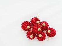 Röd julboll som isoleras på vit bakgrund Royaltyfri Foto