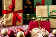 Röd julgåva under struntsaker och stjärnor Royaltyfria Foton