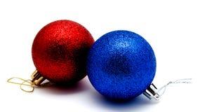Röd julgarnering och blåa bollar som isoleras på en vit royaltyfri fotografi