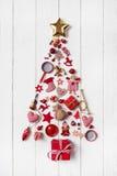 Röd julgran av en samling av små stycken för decoratio Arkivfoto
