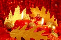 Röd julkort: Bollar & stearinljus - materielfoto Arkivfoto