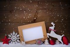 Röd julkort, kopieringsutrymme, ren och boll, snöflingor arkivfoton