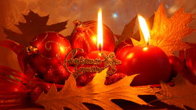 Röd julkort med garneringar - materielfoto Arkivbild
