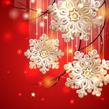 Röd julkort med guld- snöflingor Royaltyfria Foton