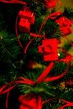 Röd julleksak i en matning av kamerakorten för fotografen på och det nya året som fo substraten Arkivfoto