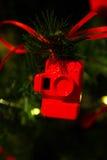 Röd julleksak i en matning av kamerakorten för fotografen på och det nya året som fo substraten Fotografering för Bildbyråer