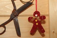 Röd julleksakman och tappningsax Arkivfoto