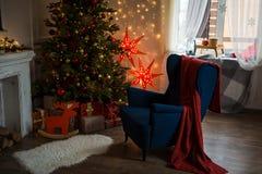 Röd julstjärna Hemtrevlig hemmiljögarnering för jul fotografering för bildbyråer
