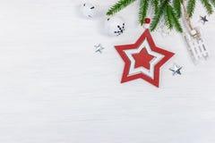 Röd julstjärna med gröna granfilial- och feriegarneringar royaltyfria bilder