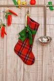 Röd julstrumpa som hänger på väggen Arkivbilder