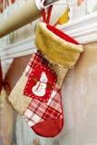 Röd julstrumpa som hänger på väggen Royaltyfri Fotografi