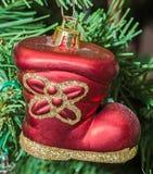 Röd kängajul smyckar upp trädet, detaljen, slut Royaltyfri Fotografi