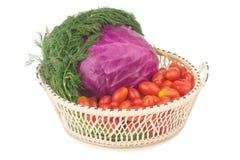 Röd kål Behandla som ett barn tomater Dill med rotar I korg Shoping Arkivbild