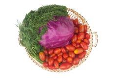 Röd kål Behandla som ett barn tomater Dill med rotar I korg Shoping Royaltyfri Fotografi
