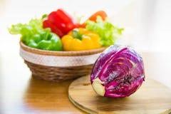 Röd kål på att hugga av kvarteret med den sunda grönsaken i korg p Royaltyfri Bild