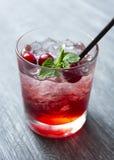 Röd körsbär för coctail i exponeringsglas med tubulen royaltyfria bilder