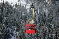 Röd kabelbil över bergen Arkivbilder