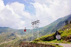 Röd kabelbil över den Transfagarasan bergvägen royaltyfria bilder