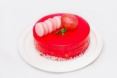 Röd kaka med en frukt på den vita plattan Fotografering för Bildbyråer