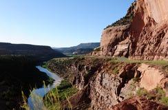 Röd kanjon, flod och väg Royaltyfria Bilder