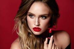 Röd kantmakeup Kvinnlig modell With Beauty Makeup royaltyfri bild