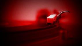 Röd karaktärsteckning av discjockeyn som sätter nålen på rekord lager videofilmer