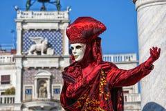 Röd karnevalmaskering i Sts Mark fyrkant, Venedig, Italien arkivbilder