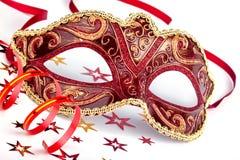 Röd karnevalmaskering med konfettier och banderollen Arkivfoto