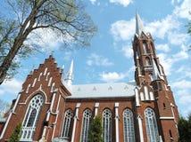 Röd katolsk kyrka, Litauen arkivfoto