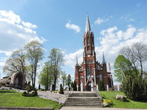 Röd katolsk kyrka, Litauen royaltyfri bild