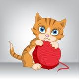 Röd kattunge med en boll Royaltyfria Bilder