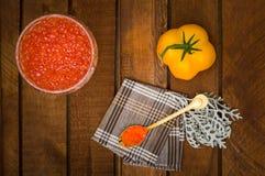 Röd kaviar i den glass kruset med guld- skedslut upp grillat hav för fiskmatparsley platta äta som är sunt banta lantligt trä för Royaltyfri Fotografi