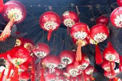Röd kinesisk lykta i thailändsk tempel Royaltyfria Bilder