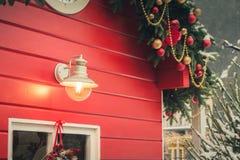 Röd kiosk för traditionell jul för seminarium och handgjorda gåvor för försäljningar Snöig vinter Xmas-dekor royaltyfri fotografi
