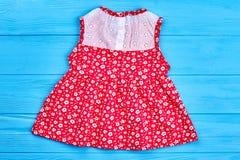 Röd klänning för flickasommar på försäljning Arkivbild